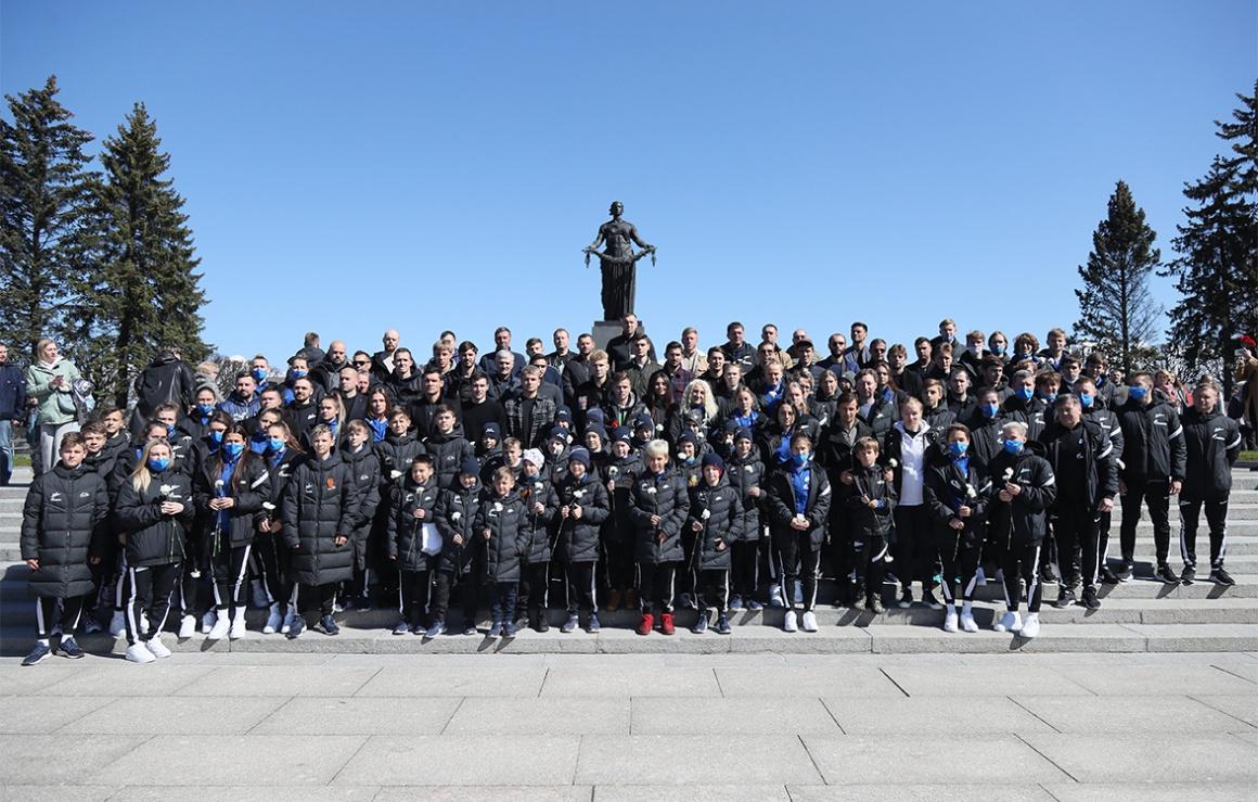 Основной состав, женская команда и «Газпром»-Академия почтили память жертв войны на Пискаревском мемориале